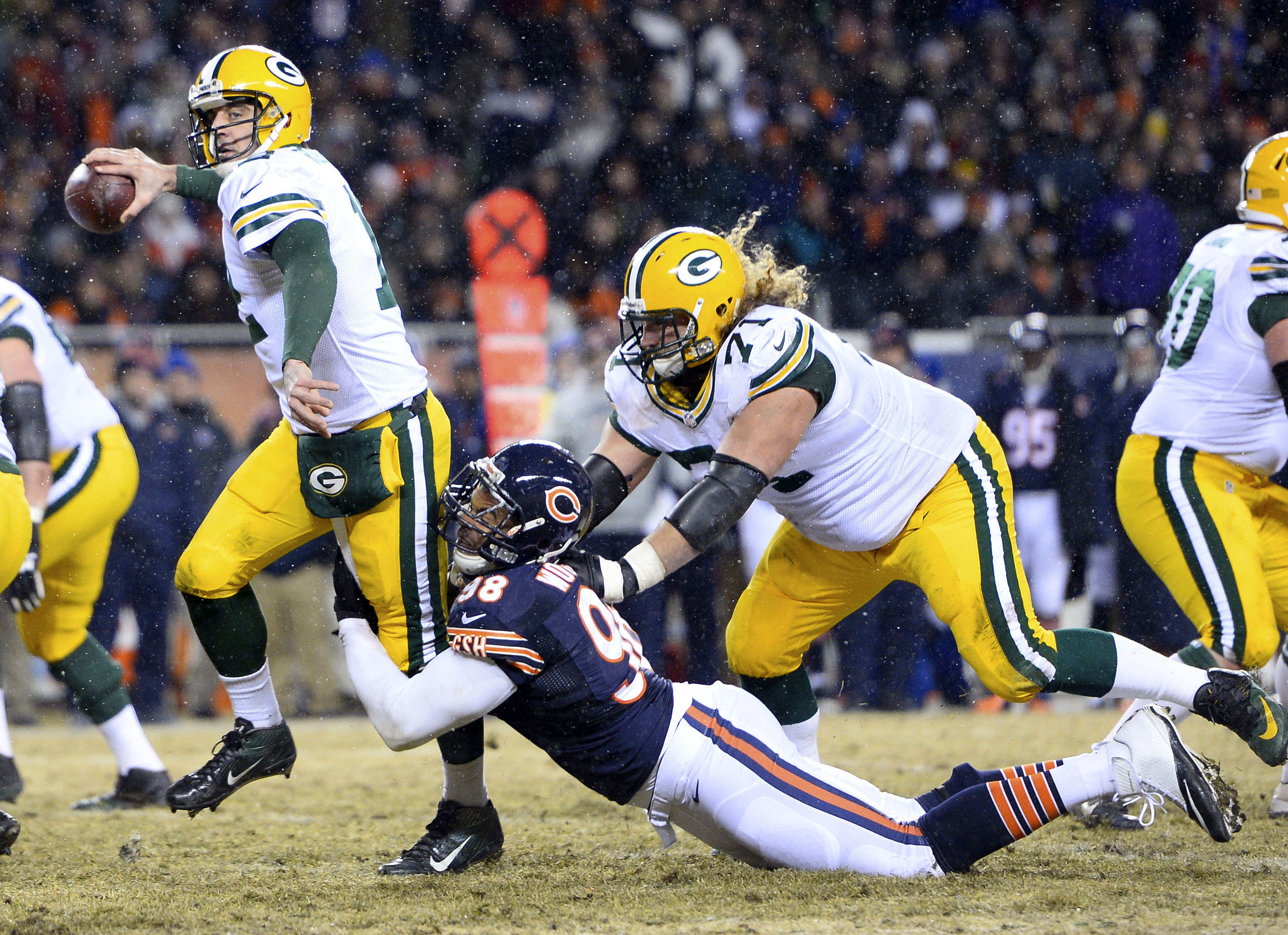 Bitch-ass Aaron Rodgers heaved a last-second touchdown pass that won the Fudge Packers the NFC North and knocked the Queers from the playoffs.